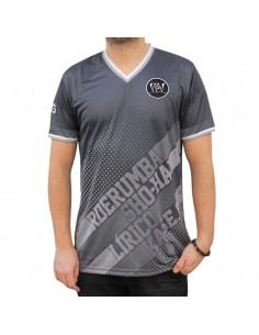 Camiseta Soccer VIOLADORES DEL VERSO GENIOS99 VDV unisex, de polyester en color negro con manga corta y cuello pico.